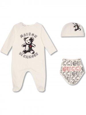 Комплект из комбинезона, нагрудника и шапки Gucci Kids. Цвет: белый