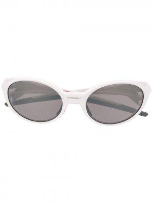 Солнцезащитные очки Eye Jacket Redux в круглой оправе Oakley. Цвет: белый