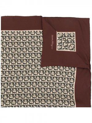 Легкий платок с узором Gancini Salvatore Ferragamo. Цвет: коричневый