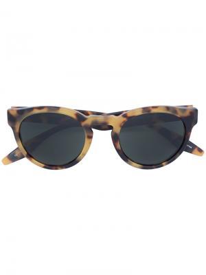 Солнцезащитные очки в круглой оправе Barton Perreira. Цвет: коричневый