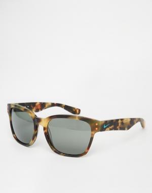 Солнцезащитные очки в квадратной оправе Nike. Цвет: коричневый