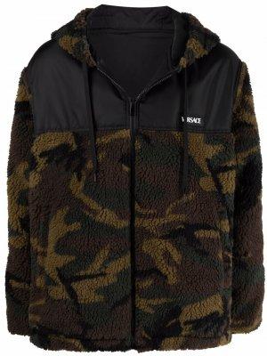 Куртка с капюшоном и камуфляжным принтом Versace. Цвет: зеленый
