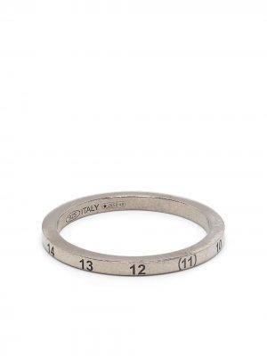 Кольцо с гравировкой Maison Margiela. Цвет: серебристый