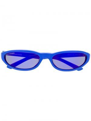 Солнцезащитные очки в тонкой овальной оправе Balenciaga Eyewear. Цвет: синий