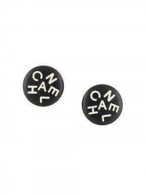 Серьги-клипсы 1995-го года с логотипом Chanel Pre-Owned. Цвет: черный