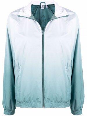 Куртка с эффектом градиента и логотипом adidas. Цвет: белый