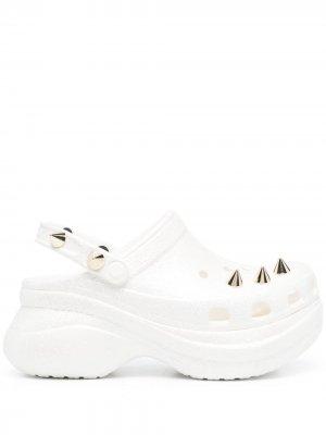 Кроксы с заклепками Crocs. Цвет: белый