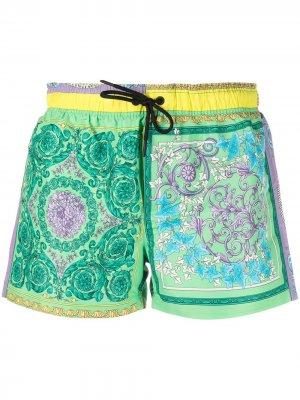 Пляжные шорты с принтом Versace. Цвет: зеленый