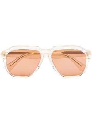 Солнцезащитные очки в геометричной оправе Bottega Veneta Eyewear. Цвет: нейтральные цвета