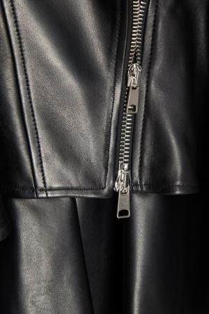 Кожаная куртка с асимметричной баской Alexander McQueen. Цвет: черный
