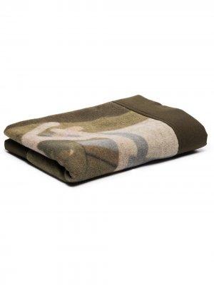 Одеяло с камуфляжным принтом из коллаборации Kaws Sacai. Цвет: зеленый