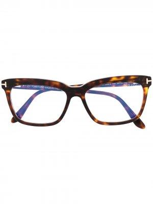 Очки FT5686 в прямоугольной оправе TOM FORD Eyewear. Цвет: коричневый