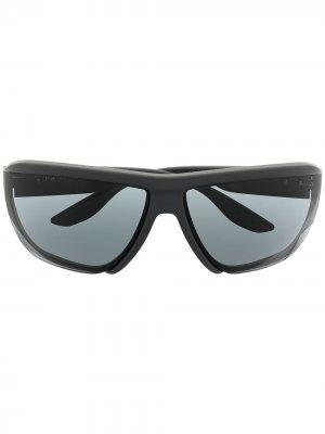 Солнцезащитные очки в спортивном стиле Prada Eyewear. Цвет: серый