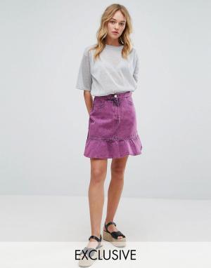 Джинсовая юбка с эффектом кислотной стирки и оборкой -Розовый Monki