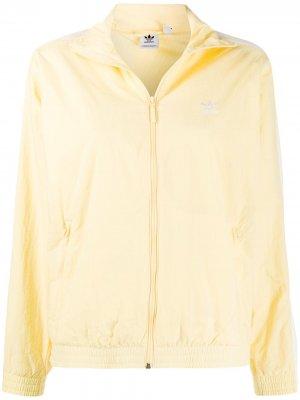 Спортивная куртка с вышитым логотипом adidas. Цвет: желтый