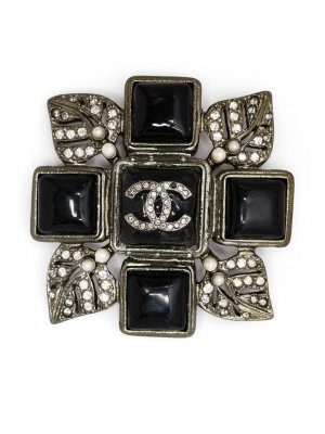 Брошь с логотипом CC Chanel Pre-Owned. Цвет: серебристый