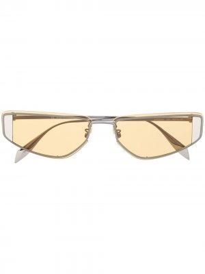 Солнцезащитные очки в прямоугольной оправе с вырезами Alexander McQueen Eyewear. Цвет: серый