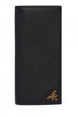 Черное кожаное портмоне с золотистым логотипом Prada. Цвет: черный