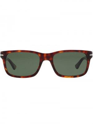 Солнцезащитные очки в квадратной оправе Persol. Цвет: коричневый