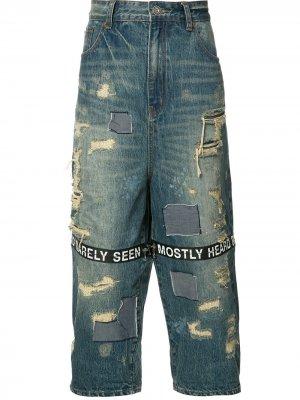 Укороченные джинсы с рваными деталями Mostly Heard Rarely Seen. Цвет: синий