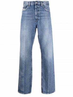 Прямые джинсы с эффектом потертости Diesel. Цвет: синий