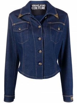 Укороченная джинсовая куртка с нашивкой-логотипом Versace Jeans Couture. Цвет: синий