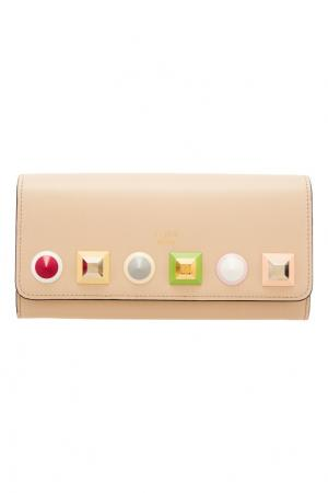 Крупный бежевый кошелек с аппликацией Fendi. Цвет: бежевый