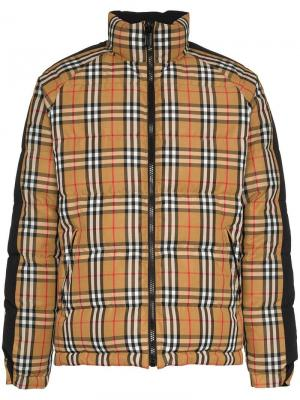 Двусторонняя куртка-пуховик в клетку с логотипом Burberry. Цвет: коричневый