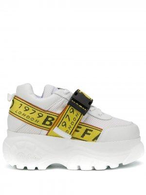 Кроссовки с ремешком и логотипом Buffalo. Цвет: белый