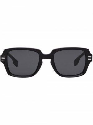 Солнцезащитные очки с логотипом Burberry. Цвет: серый