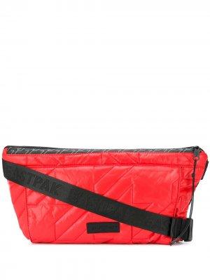 Дутая поясная сумка Eastpak. Цвет: красный