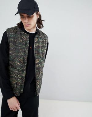 Quilted liner vest in camo Carhartt WIP. Цвет: зеленый