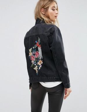Джинсовая куртка с цветочной вышивкой New Look. Цвет: черный