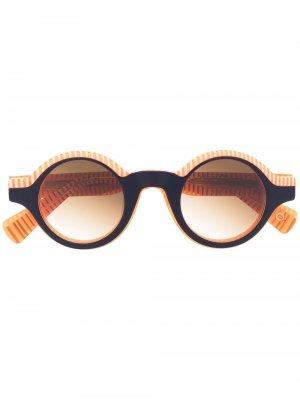Солнцезащитные очки в круглой полосатой оправе Etnia Barcelona. Цвет: оранжевый