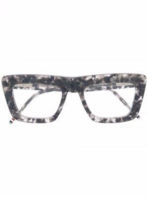 Очки в прямоугольной оправе Thom Browne Eyewear. Цвет: серый