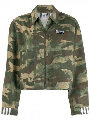 Камуфляжная куртка без воротника adidas. Цвет: зеленый