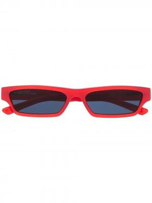 Солнцезащитные очки BB0075S в прямоугольной оправе Balenciaga Eyewear. Цвет: красный