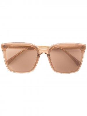 Солнцезащитные очки Tega в квадратной оправе Gentle Monster. Цвет: коричневый