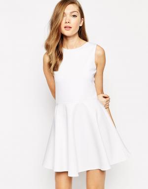 Короткое приталенное платье без рукавов Avery Boulee. Цвет: белый