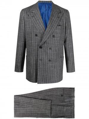 Костюм с двубортным пиджаком в полоску Kiton. Цвет: серый
