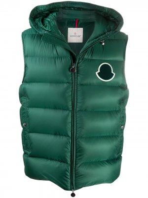 Стеганый жилет с нашивкой-логотипом Moncler. Цвет: зеленый