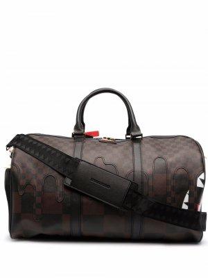 Клетчатая дорожная сумка с принтом Sprayground. Цвет: коричневый
