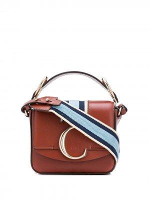 Мини-сумка с металлическим логотипом Chloé. Цвет: коричневый