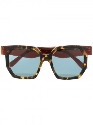 Солнцезащитные очки в массивной оправе KYme. Цвет: коричневый
