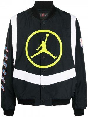 Бомбер на пуговицах с графичным принтом Nike. Цвет: черный
