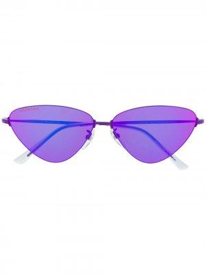 Солнцезащитные очки в треугольной оправе Balenciaga Eyewear. Цвет: фиолетовый