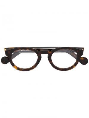 Очки в круглой оправе Moncler. Цвет: коричневый