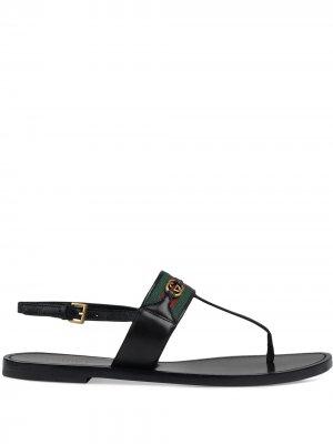 Сандалии с отделкой Web и Т-образным ремешком Gucci. Цвет: черный