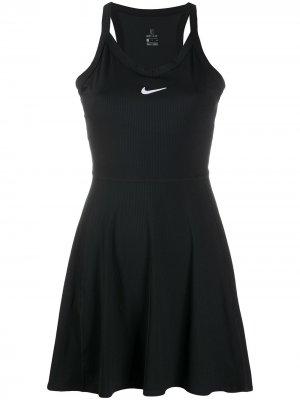 Спортивное расклешенное платье с логотипом Nike. Цвет: черный