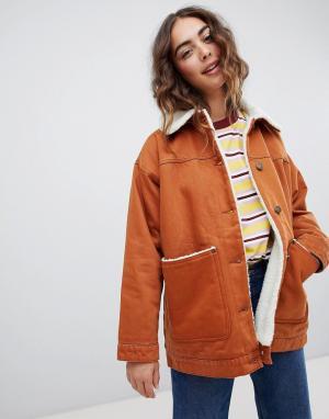 Коричневая джинсовая куртка с отделкой из искусственного меха Monki. Цвет: коричневый